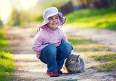 Kleines Mädchen mit Katze — Stockfoto
