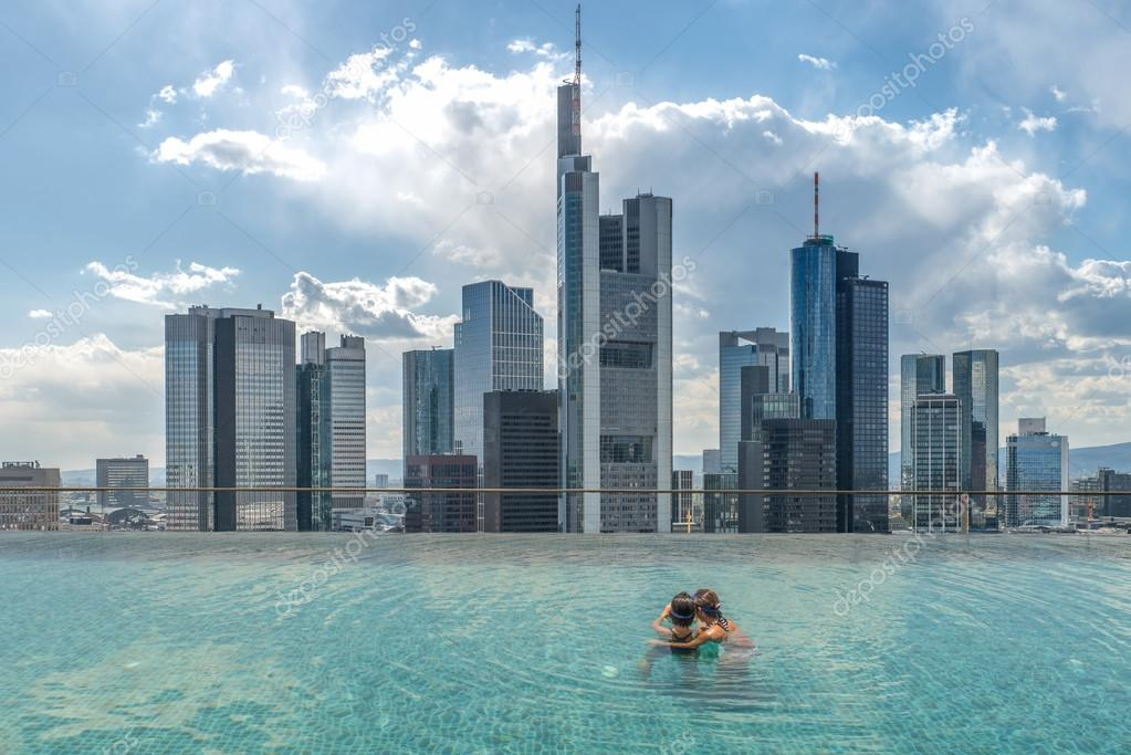 swimmingpool auf dem dach mit blick ber die stadt zum. Black Bedroom Furniture Sets. Home Design Ideas