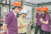 Profesional de la ingeniería con grupo de estudiantes en formación — Foto de Stock