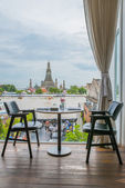 Riverside seats and tables near Chao phraya river in Bangkok, Th — Stock Photo