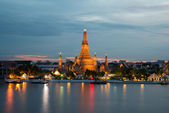 Wat Arun Buddhist religious places in twilight time, Bangkok, Th — Stock Photo