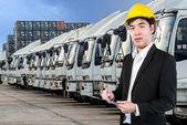 Ingeniero de transporte con camiones de una empresa de transporte en — Foto de Stock