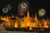 Grand palace and Wat phra keaw in night with new year fireworks — Stock Photo
