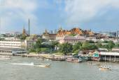 Grand palace with long tail boat in Chao Phraya River in Bangkok — Stock Photo