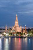 Night view of Wat Arun temple and Chao Phraya River, Bangkok, Th — Stock Photo