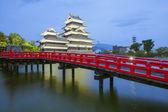 Matsumoto château et rouge bridgein nuit, Nagono, Japon — Photo