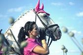 Junge frau reiten und hug mit pferd — Stockfoto