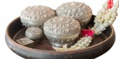 Receptacle for betel with garland — Stock Photo