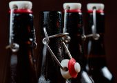The group of wet bottles of beer — Stock Photo