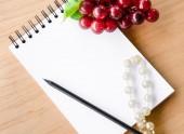 Ouvert journal blanc et raisin rouge. — Photo