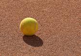 Detail von einem Tennisball auf dem Ton-Tennis-Feld — Stockfoto