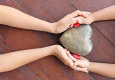 Frau und Knabe Händen hält herzförmige rote und Metall — Stockfoto