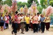 Ubonratchasima,THAILAND -March 13, 2014:offering robes to Buddhi — Stock Photo
