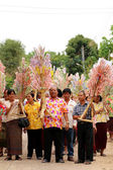 Ubonratchasima,THAILAND -March 13, 2014:offering robes to Buddhi — Stockfoto