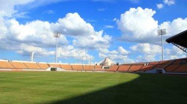 時間の経過、スタジアムやサッカー フィールド、雲と影を移動する Hd のクリップ — ストックビデオ