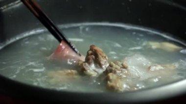 Japanese food, sliced pork shabu-shabu put to boiling water pot. — Vídeo stock