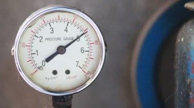 Close up pressure gauge with compressor working. — Stok video