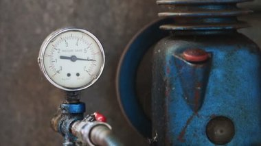 Close up pressure gauge with compressor working. — Stock Video