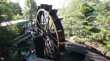 Wood Water wheel turbine, The use of water power for irrigation — Stock Video