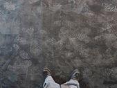 Обувь печати на темном фоне. — Стоковое фото