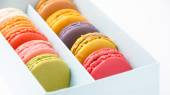 Colorful macaroons in the box — 图库照片