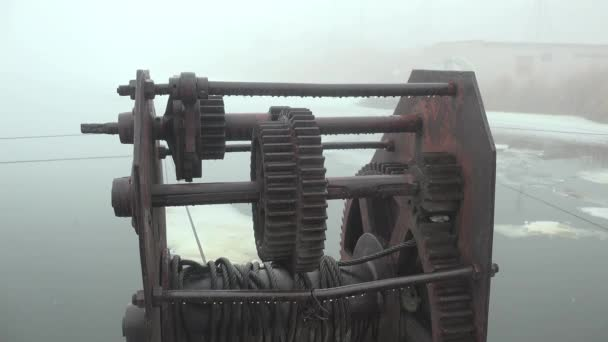 Mechanisms pontoon bridge on the river, winter — Vídeo de stock
