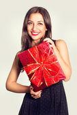 Retrato de una bella mujer joven con un regalo — Foto de Stock