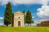 Small church on the crest of a hill in Val d Orcia — Stock Photo
