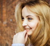 Beautiful portrait of a carefree friendly approachable girl with a stunning smile and cute looks — Stock Photo