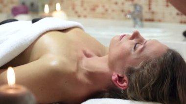Frau genießen Steintherapie. — Stockvideo
