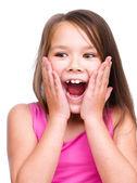 Söt flicka håller ansiktet i förvåning — Stockfoto