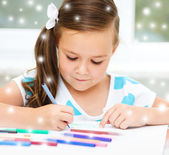 Girl is drawing using pencils — Stock Photo