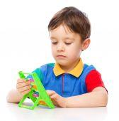 Niño jugando con bloques de construcción — Foto de Stock