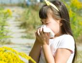 Girl is blowing her nose — Stock Photo
