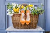 Ślubne Buty w kosz kwiatów — Zdjęcie stockowe
