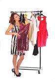 Vilken klänning ska jag plocka, ung kvinna med slitage — Stockfoto