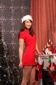 Mooie vrouw de kerstboom versieren — Stockfoto