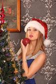 Beautiful woman decorating the Christmas tree — ストック写真