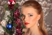 Beautiful woman decorating the Christmas tree — Stock Photo