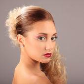 Mooie vrouw met mode kapsel en glamour make-up — Stockfoto