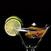 Martini, świeże koktajl na czarnym tle — Zdjęcie stockowe