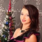 Vánoční dívka u stromu, selebrating — Stock fotografie