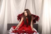 Alla hjärtans skönhet flicka med stora röda och vita vingar — Stockfoto