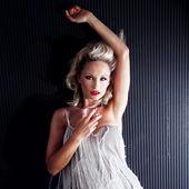 Loira linda mulher posando — Fotografia Stock