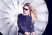 модная блондинка позирует — Стоковое фото
