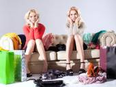 Attractive girlfriends shopping. — Stockfoto