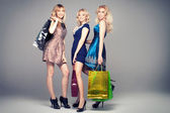 Girls smiling, shopping. — Stock Photo