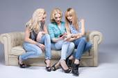 Three girls with smartphone. — Stockfoto