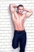Muskuläre Bodybuilder im studio. — Stockfoto