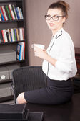 Businesswoman drinking coffee. — Stock Photo